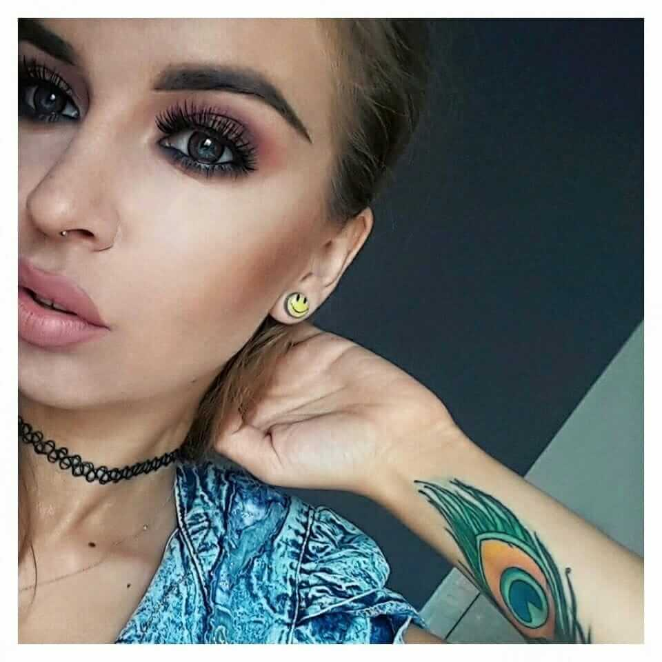 Grunge makeup look: Pink eye shadow, defined eye brows, and full lashes